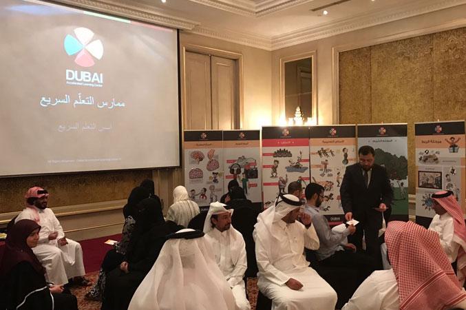 إشراف الدكتور محمد على عملية توزيع البطاقات على مجموعات المتدربين
