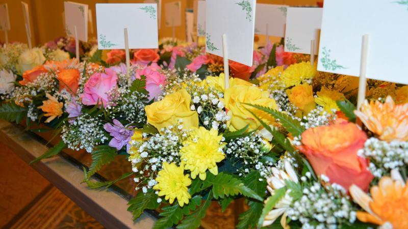 باقات الورد التي تبادلها المتدربون وكتبوا عليها كلماتهم المعبرة