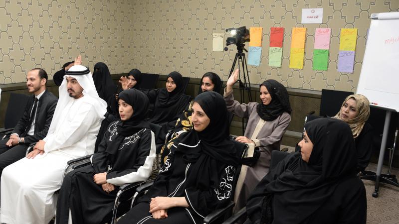 المتدربون يستمعون للمدرب عبد الله أثناء إلقائه الكلمة