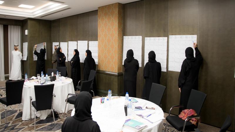 الدكتور محمد بدرة أثناء الشرح وإشرافه على تنفيذ التمرينات