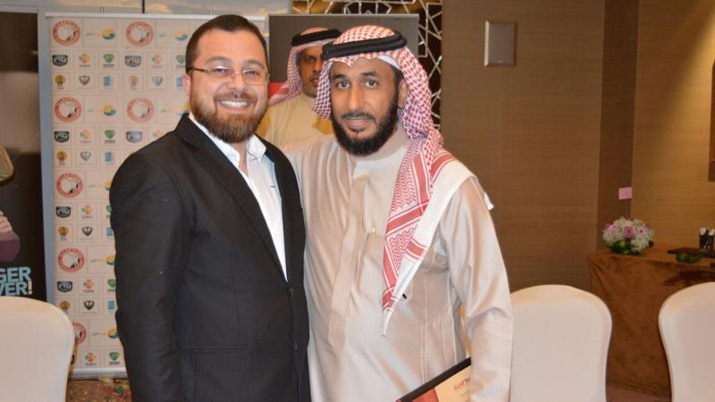 المدرب نبيل الحكمي في صورة تذكارية مع الدكتور محمد