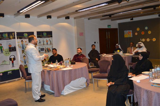 الدكتور محمد بدرة أثناء شرح محور من محاور الدورة