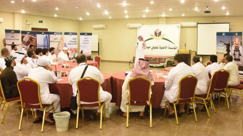 المدرب عبد الرحمن أثناء شرحه لمحاور الدورة على المتدربين