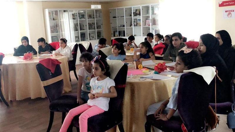 متابعة الأطفال لشرح المدربة زينب