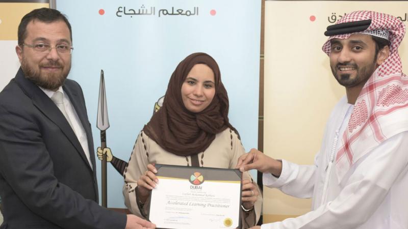 الدكتور محمد والمدرب ماجد يسلمان المتدربة شهادة الدورة