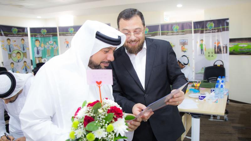الدكتور محمد مشاركا أحد المتدربين فرحته بتحقيق الإنجاز