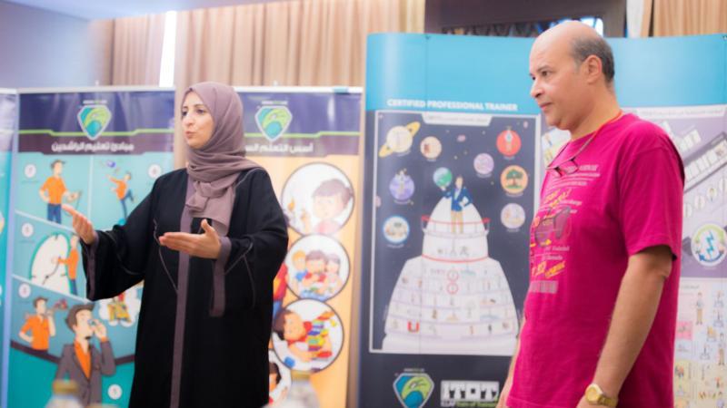 الدكتور أحمد نوري والمدربة سمية الشمري خلال مشاركتها في الدورة