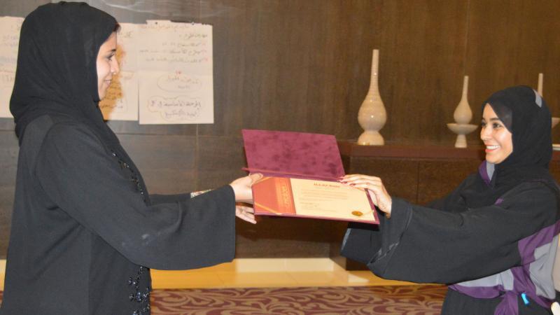 المتدربين أثناء تسلمهم شهادات الدورة