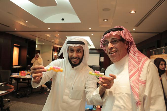 المدرب عبد الرحمن اسماعيل والمدرب نبيل الحكمي أثناء تنفيذ التمرين