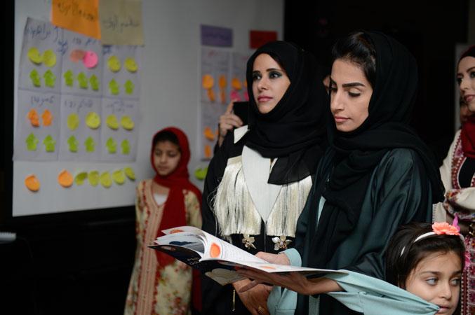 موفدة من قبل جائزة حمدان بن راشد تتطلع على مشاريع الشباب