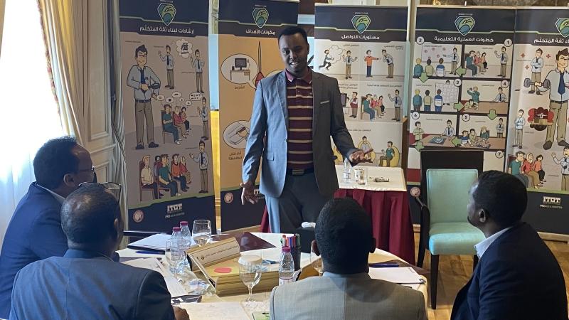 أحد المشاركين أثناء تقديم عرضه التدريبي