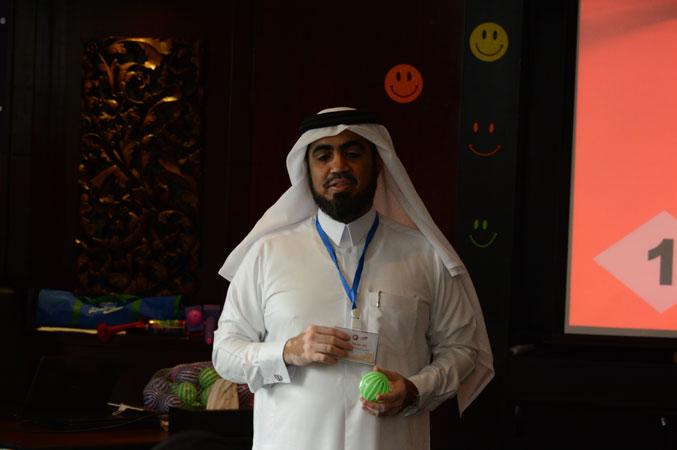 المدرب حسين أثناء شرح محاور الدورة