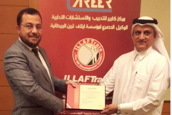 تسليم الدكتور محمد شهادة الدورة لأحد المتدربين