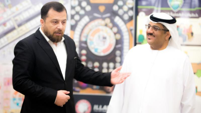 الدكتور محمد أثناء الشرح والإشراف مع أحد المتدربين