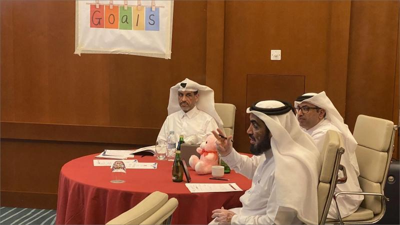 المدرب حسين والمدرب حمد في أثناء الاستماع إلى العروض التدريبية