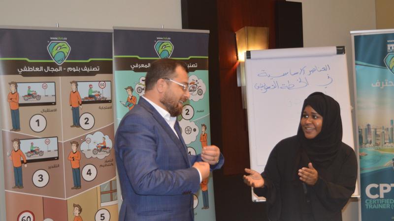 الدكتور محمد خلال الشرح والتوضيح لأحدى المتدربات