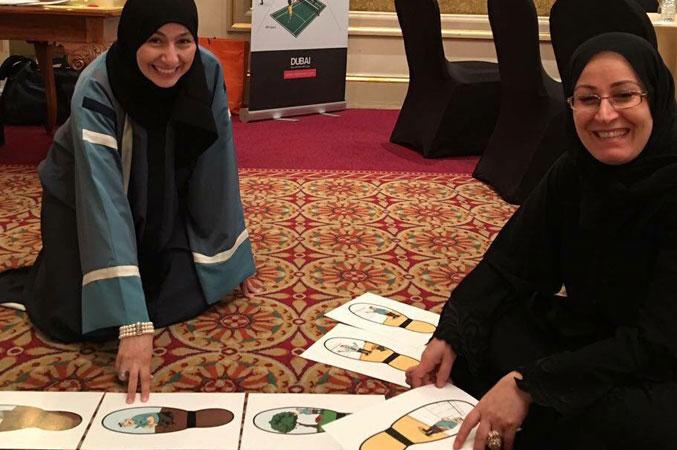 الدكتورة فاطمة والمدربة إحسان أثناء العمل والتعاون على تنفيذ التمرين