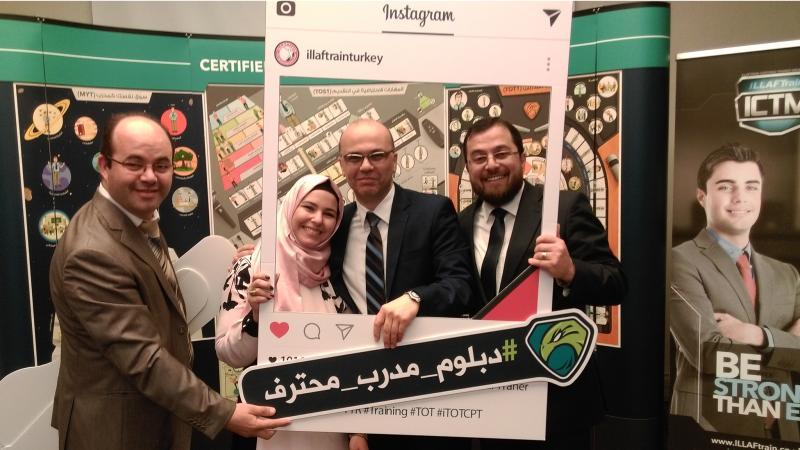 الدكتور محمد والمدرب أول عادل والمدرب علاء منلا أحمد في صورة جماعية مع المتدربة إيمان منلا أحمد