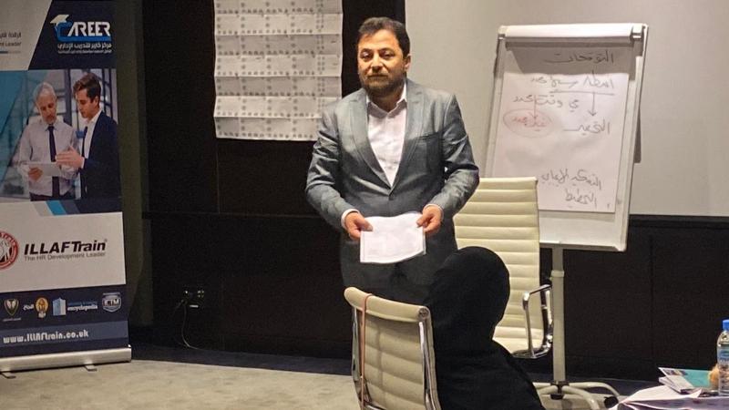 الدكتور محمد أثناء شرحه لمحاور الدورة