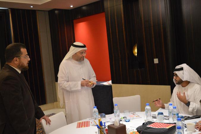 متابعة الدكتور محمد للنقاشات بين المتدربين
