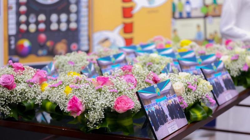 باقات الورد التي تم توزيعها على المتدربات