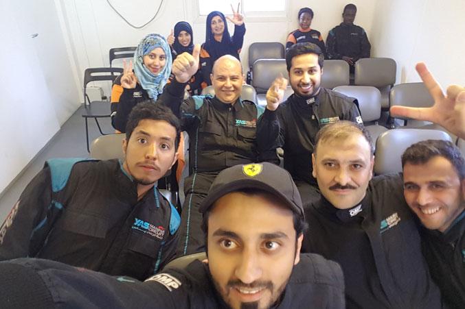 صورة جماعية من داخل قاعة في حلبة بني ياس لسباق السيارات
