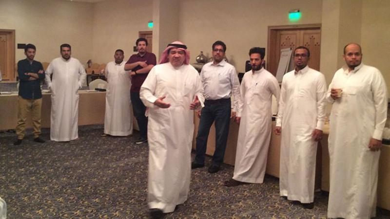 المدرب خالد واشرافه على تنفيذ التمرينات المقدمة من قبل المتدربين