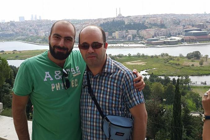 المدرب عادل وأحد المتدربين في صورة للذكرى