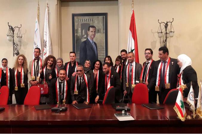 صورة جماعية للمدربين داخل قاعة الحفل
