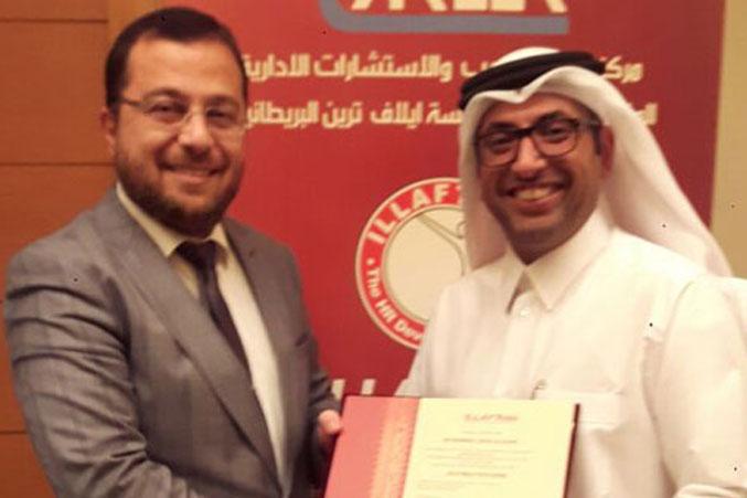 الدكتور محمد يسلم الشهادة لأحد المتدربين
