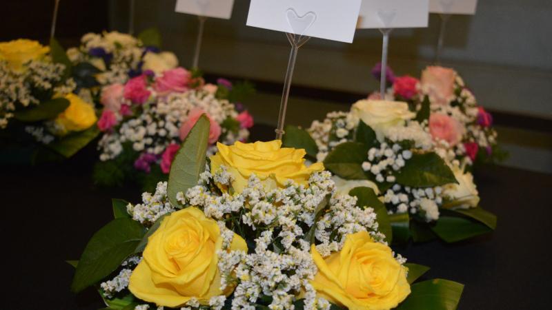 تجهيز باقات الورود قبل بدء حفل الختام