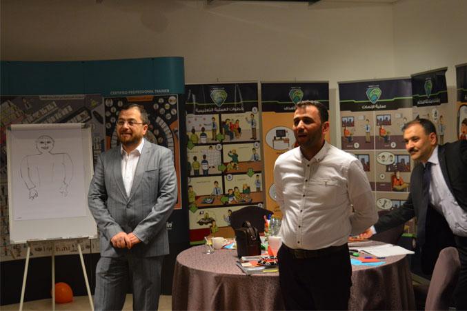 متابعة الدكتور محمد وإشرافه على تقديم عروض المتدربين