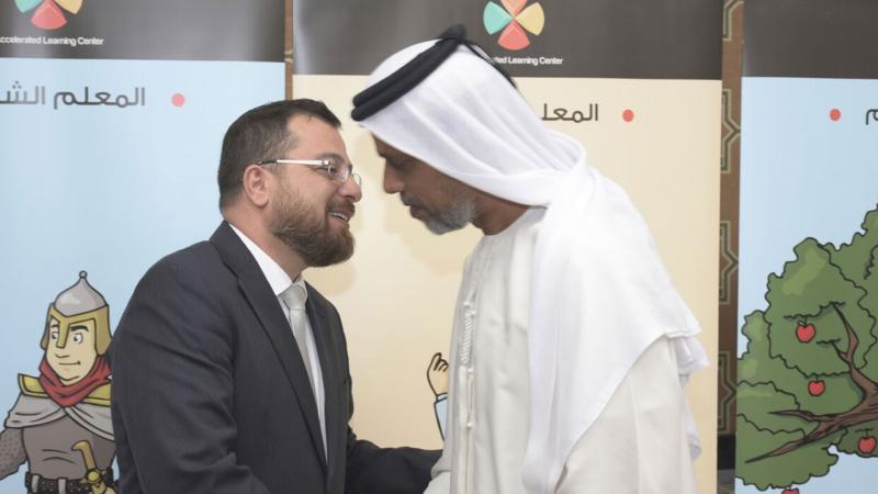 الدكتور محمد في عناق محبة وأخوة مع المتدرب عبد العزيز العلي