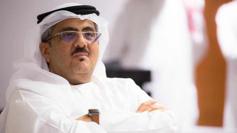 المدرب حسين الشاطري أثناء الاستماع للشرح المقدك