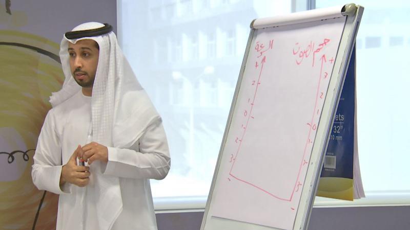 المدرب الإعلامي فيصل أثناء الشرح والتقديم