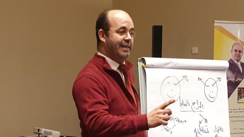 المدرب عادل عبادي أثناء الشرح