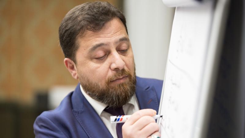 الدكتور محمد بدرة أثناء الشرح