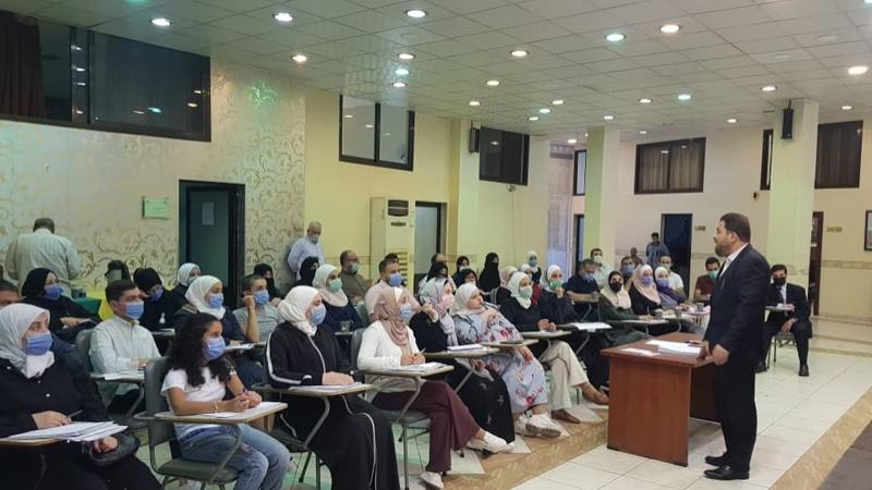 الدكتور محمد أثناء الشرح والتقديم
