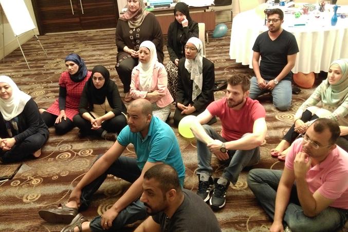 استماع المتدربين لشرح الدكتور محمد على خارطة الدورة