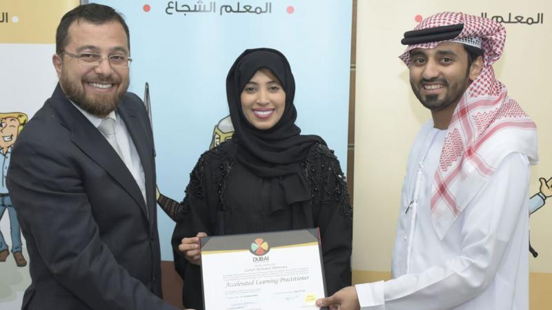 الدكتور محمد والمدرب ماجد أثناء تسليم المدربة زينب المطوع شهادة الدورة