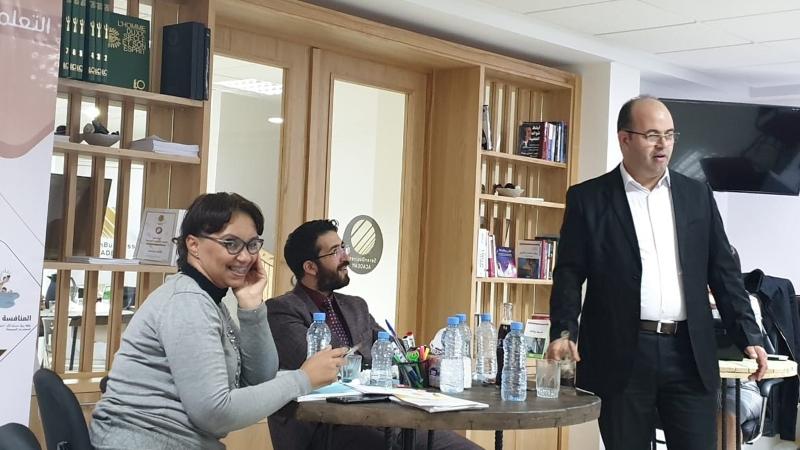 المدرب عادل أثناء شرح المحاور