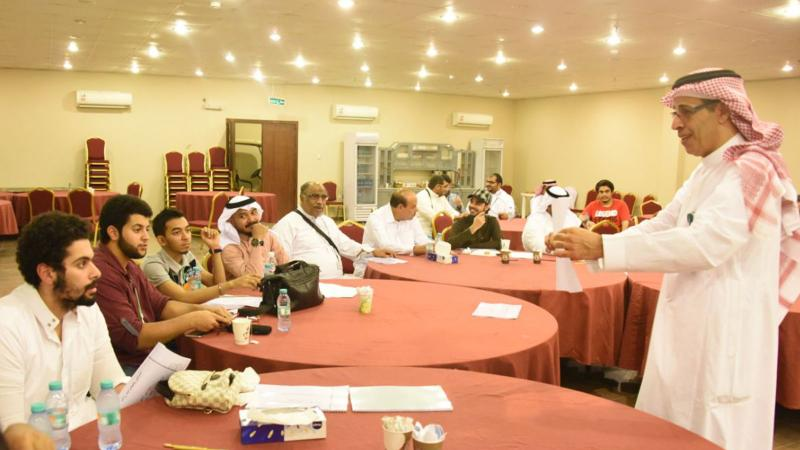 تقسيم المتدربين إلى مجموعات وإشراف المدرب عبد الرحمن على تنفيذ التمرينات