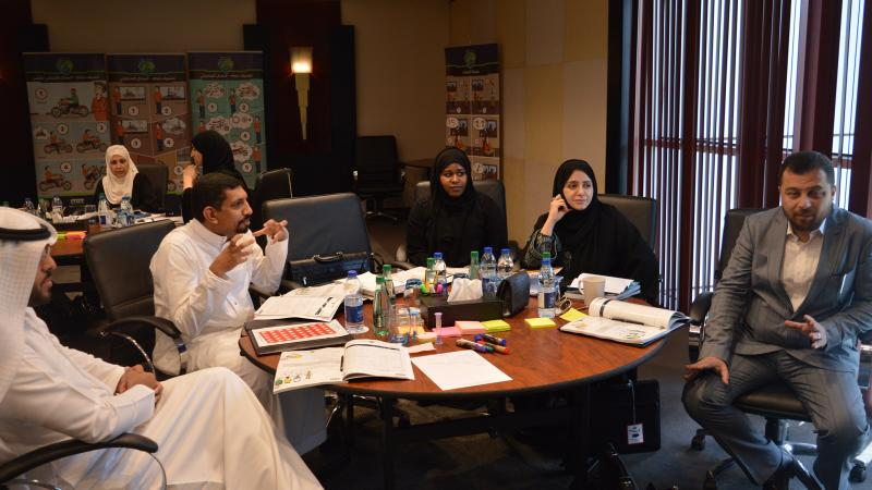 الدكتور محمد يشارك المتدربين طاولة الحوار وتقويم الأداء