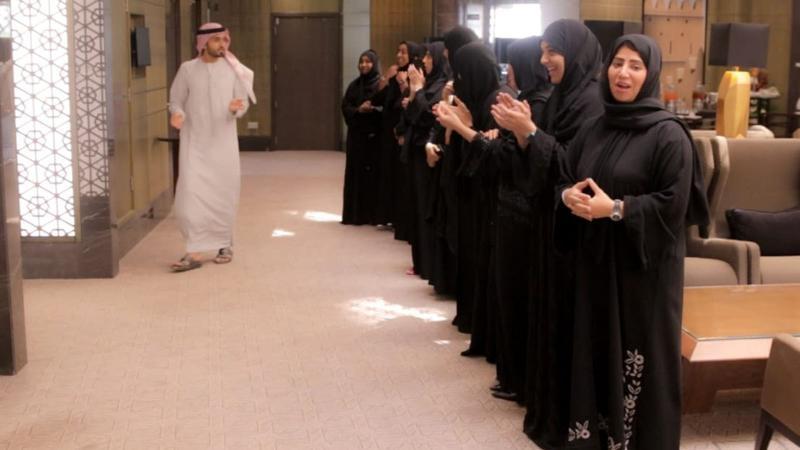 المدرب ماجد يقسم المتدربات لمجموعتين من أجل البدء في التمرين