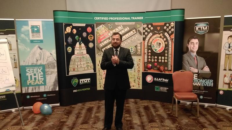 الدكتور محمد بدرة رئيس فريق التدريب أثناء الشرح