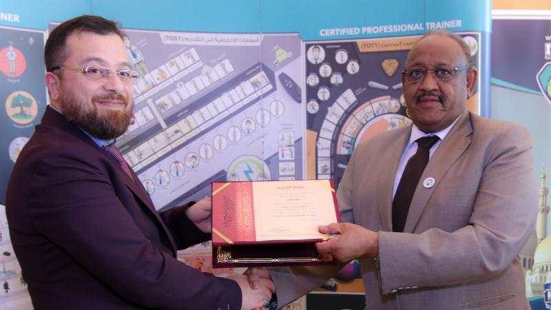 الدكتور محمد أثناء تسليم شهادة التكريم