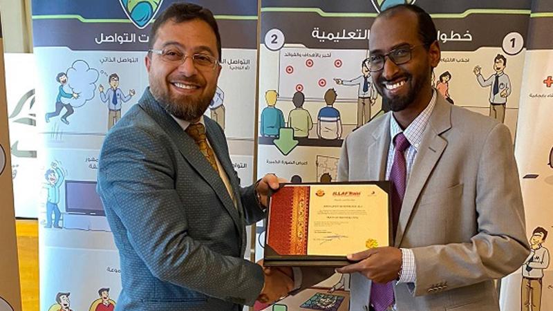 الدكتور محمد بدرة أثناء تسليم الشهادات