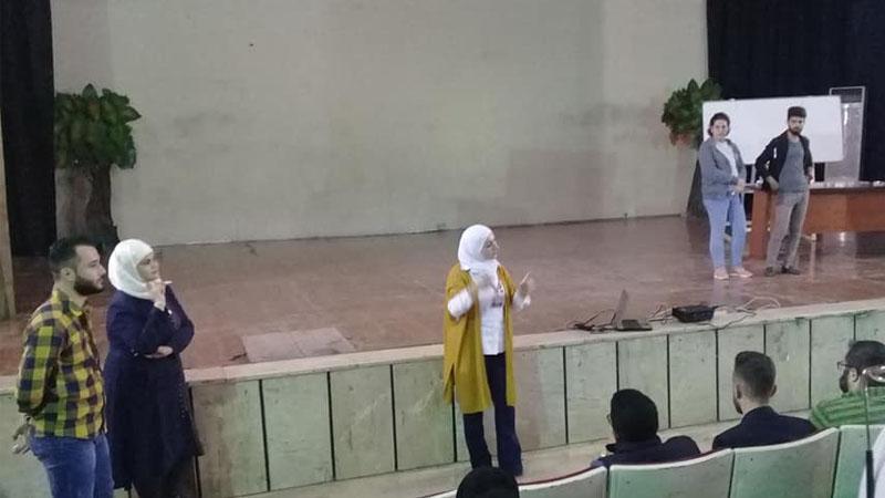 المدربة وسام عبد السلام أثناء مشاركتها في تقديم الدورات