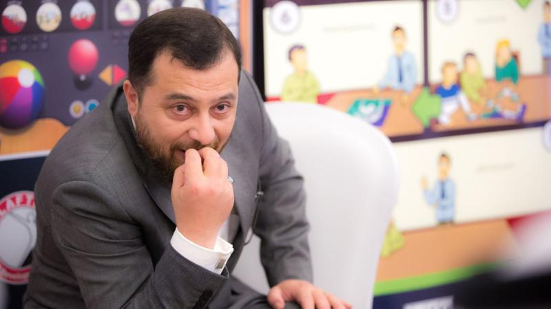 الدكتور محمد أثناءالشرح والتقديم