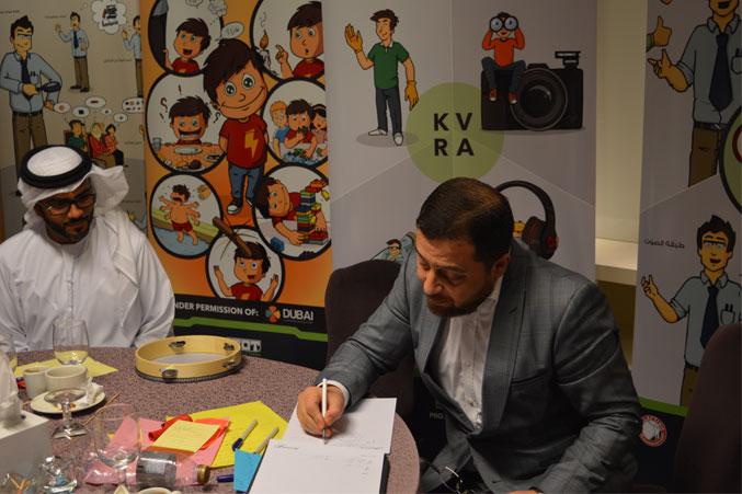 الدكتور محمد بدرة يتابع العروض ويدون ملاحظاته